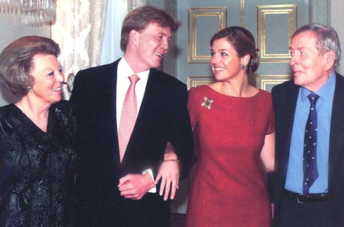 Королева Беатрикс, наследный принц Виллем Александр, его невеста Максима и муж Беатрикс, принц Клаус. / Фото: www.brigittegastelancestry.com