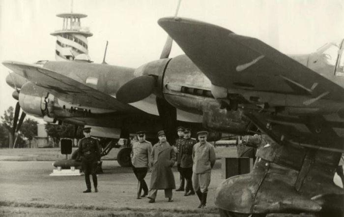 Сталин и другие советские руководители на военном аэродроме осматривают новые самолёты. / Фото: www.fishki.net