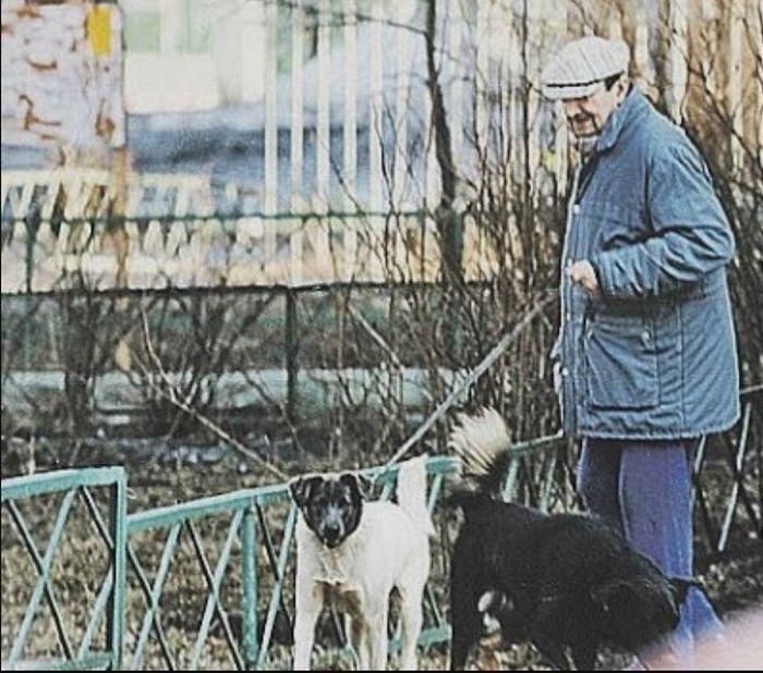 Георгий Вицин на прогулке с собакой. / Фото: www.blogspot.com