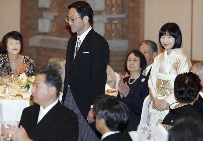 Саяке Курода в свадебном кимоно на банкете.