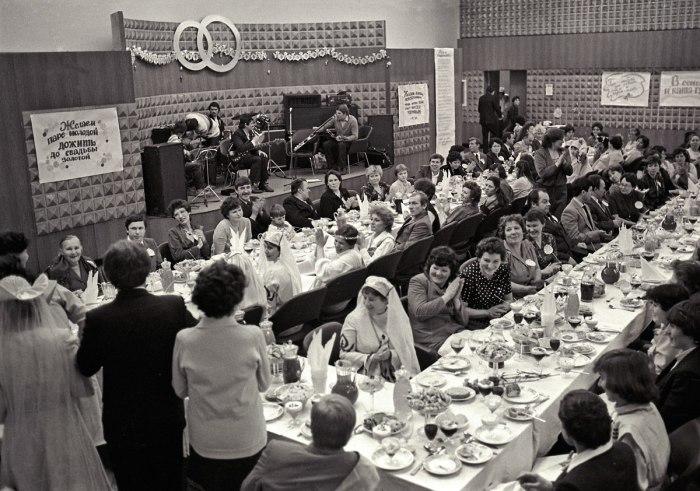В середине 1980-х показательные безалкогольные свадьбы проводились повсеместно. Челябинск. Показательная безалкогольная свадьба. 1986 г. / Фото: www.fotostrana.ru