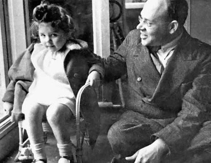 Исаак Бабель с дочерью. / Фото: www.e-reading.life