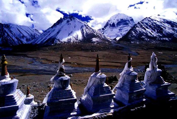 Ступы, выстроившиеся в ряд напротив горы Кайлас, оÑраняют монастырь Дрирапук. / Фото: www.geosfera.org