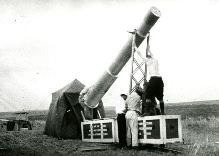 Физик Нист Ирвин К. Гарднер разработал 4-метровую камеру eclipse с 23-сантиметровой астрографической линзой для изучения полного солнечного затмения. Сибирь, 1936 год. / Фото: www.nist.gov