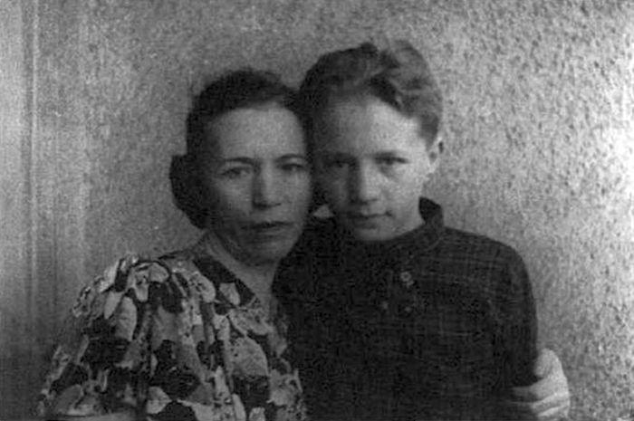 Эдуард Успенский в детстве с мамой. / Фото: www.dlymilixdam.ru