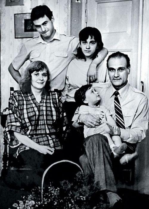 Кахи Кавсадзе с женой, детьми и внуком Иракли. / Фото: www.tele.ru