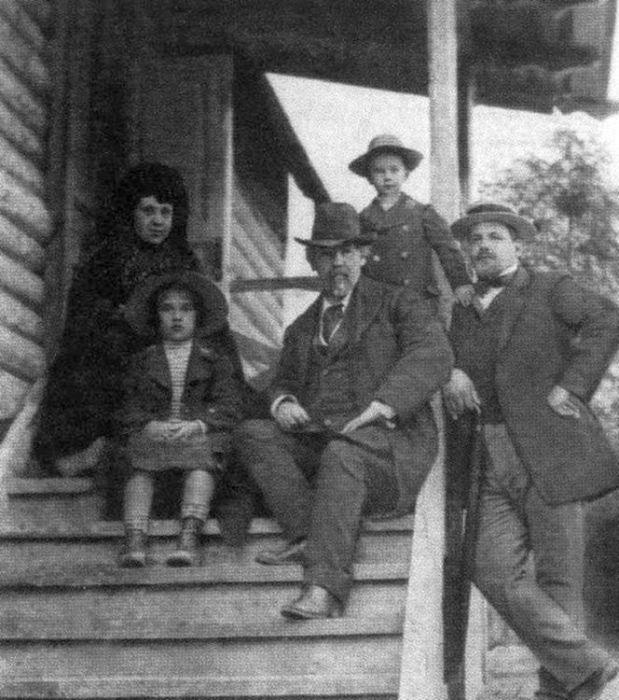 В.И. Суриков, О. Кончаловская и П. Кончаловский с детьми в Красноярске. 1914 г. / Фото: www.indbooks.in