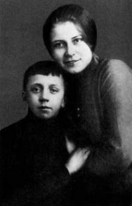 Юрий Есенин с мамой, Анной Изрядновой. / Фото: www.yaplakal.com