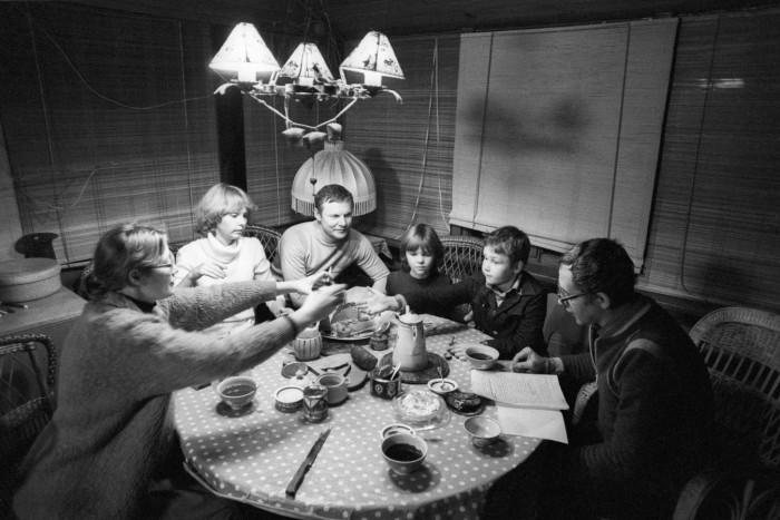 Актеры Виталий Соломин и Василий Ливанов в семейном кругу, 1982 г. / Фото: www.rnk-concept.ru