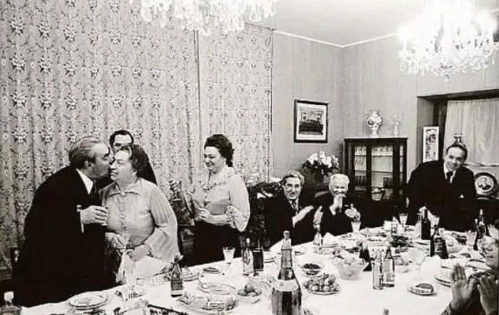 Домашнее застолье в семье БрежневыÑ. / Фото: www.temadnya.com