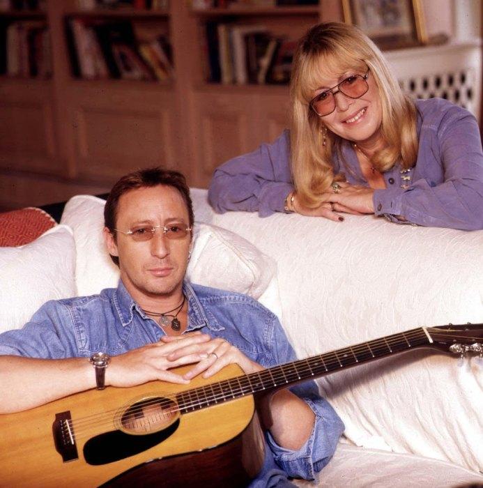 Синтия Леннон с сыном Джулианом. / Фото: www.pinimg.com