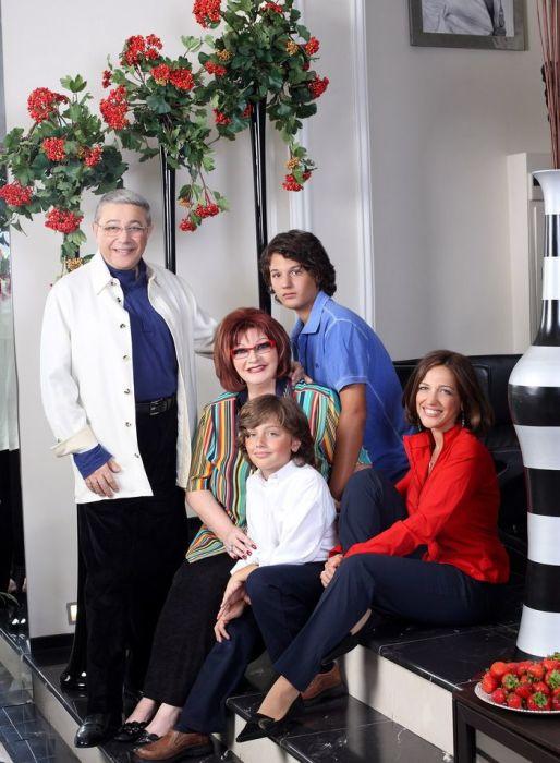 Евгений Петросян с женой, дочерью и внуками Андреем и Марком, 2010. / Фото: www.tele.ru