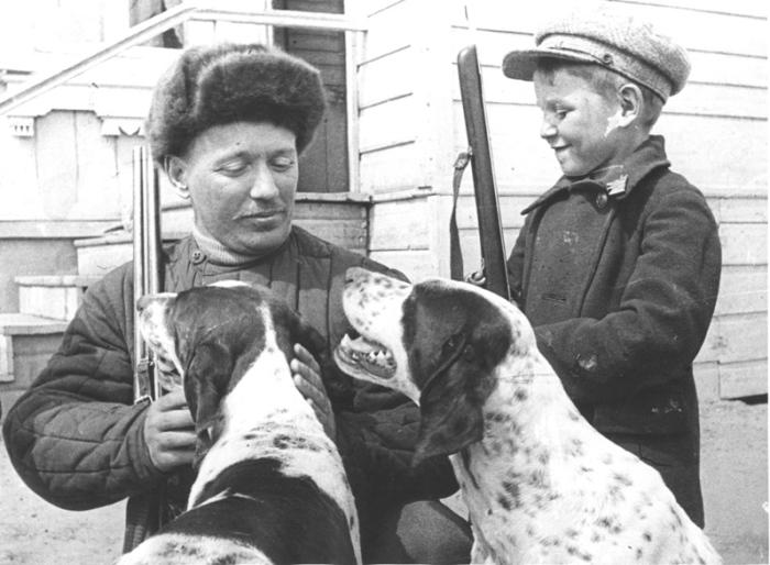 М.А.Шолохов с сыном Сашей перед охотой. 1938 г. ст.Вёшенская. / Фото: В.Тёмин, www.sholokhov.ru.