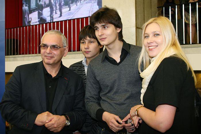 Карен Шахназаров с Дарьей Майоровой и сыновьями. / Фото: www.film.ru