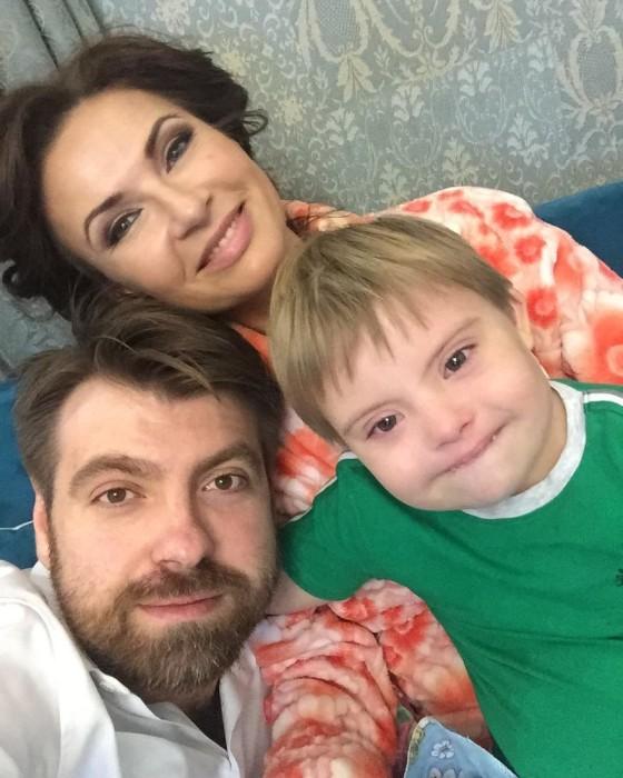 Эвелина Блёданс и Александр Смирнов с сыном. / Фото: www.woman.ru