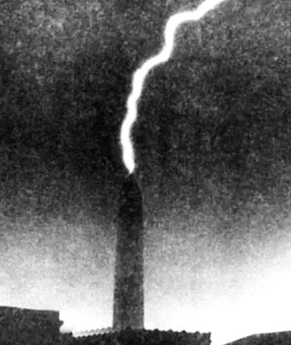 Удар молнии в монумент 7 июня 1937 года. / Фото: www.atlasobscura.com