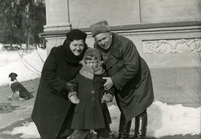 Никита Хрущёв с женой и внучкой Юлией. / Фото: www.liders.rusarchives.ru