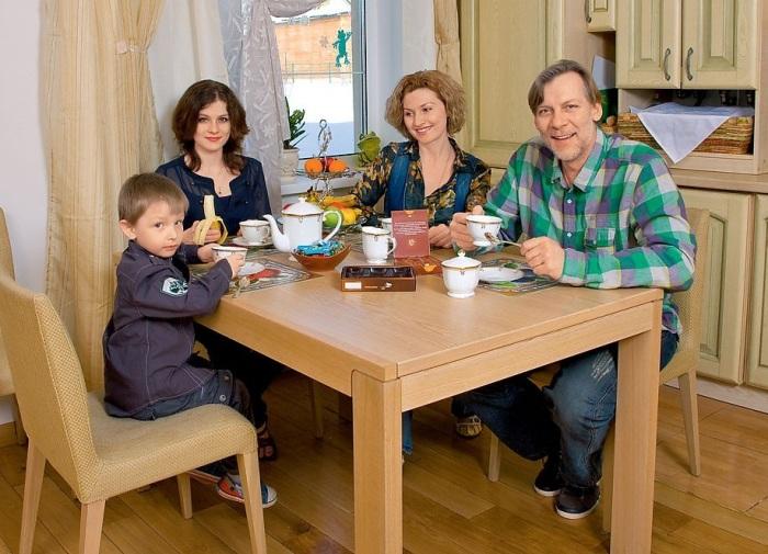 Виктор Раков с женой и детьми. / Фото: www.baskino.me