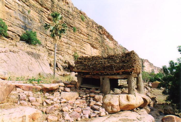 Общинный дом специально строится с заниженной крышей, чтобы дискусии не перерастали в выяснение отношений. / Фото: www.moxon.net