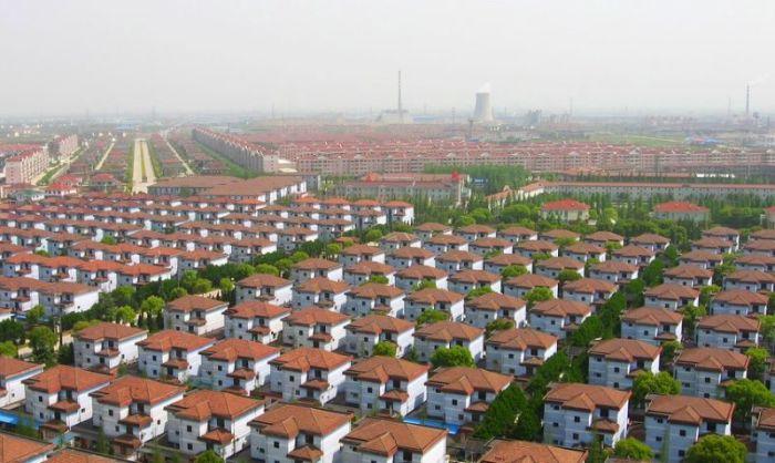 На горизонте видны многочисленные трубы промышленных предприятий. / Фото: www.udivitelno.com
