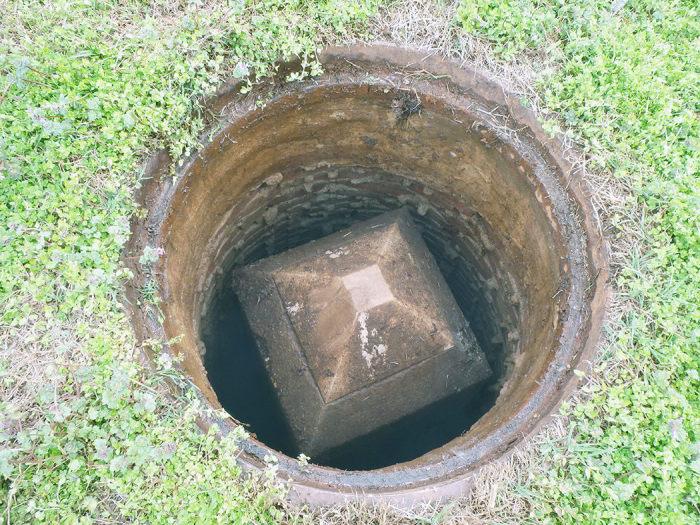 Мини-памятник скрыт под люком. / Фото: www.atlasobscura.com