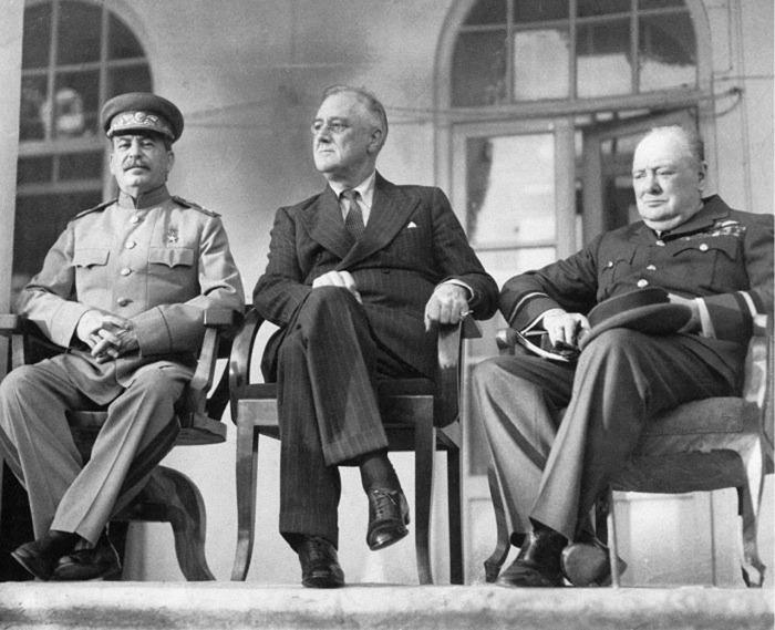 «Большая тройка» — Сталин, Рузвельт и Черчилль — встречаются на Тегеранской конференции в 1943 году. / Фото: www.kapets.net