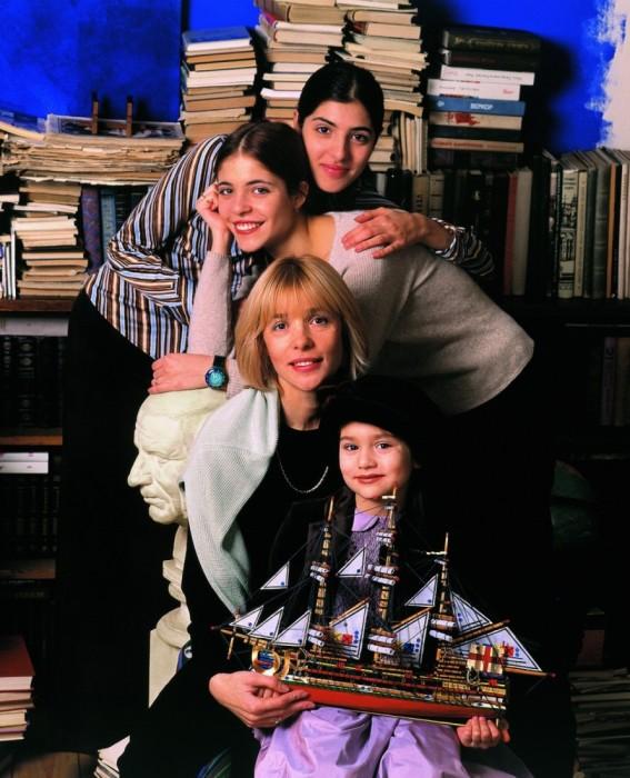 Вера Глаголева и три ее дочери: Анна и Мария Нахапетовы, Анастасия Шубская. / Фото: www.woman.ru
