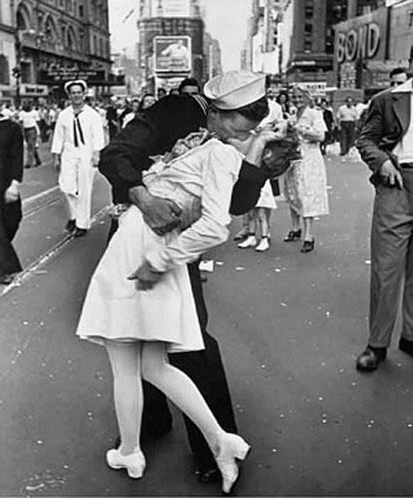 Солдат целует медсестру на Таймс Сквер в Нью-Йорке, 1945. / Фото: Альфред Эйзенштадт