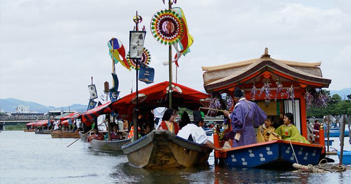 Каждая лодка, принимающая участие в параде, обязательно должна быть украшена. / Фото: www.kojikisankyoto.wordpress.com