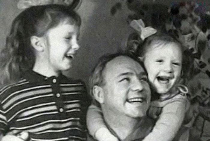 Николай Рыбников с Аленой и Аришей. / Фото: www.stranamam.ru