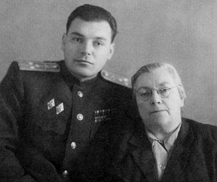 Полковник Артём Сергеев с мамой Елизаветой Львовной, 1954 год. / Фото: www.artyushenkooleg.ru