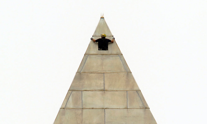 Люк доступа на вершине монумента. / Фото: www.nevsedoma.com.ua