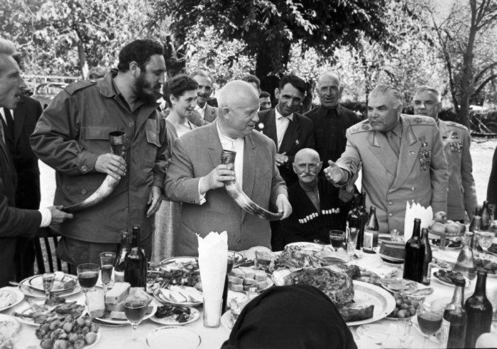 Никита Хрущёв и Фидель Кастро в абхазском селе. / Фото: www.newsgeorgia.ge