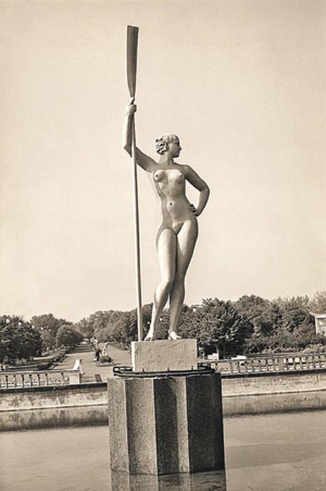 Первоначальная версия скульптуры выглядела непривычно сексуально. / Фото: www.kp.ru
