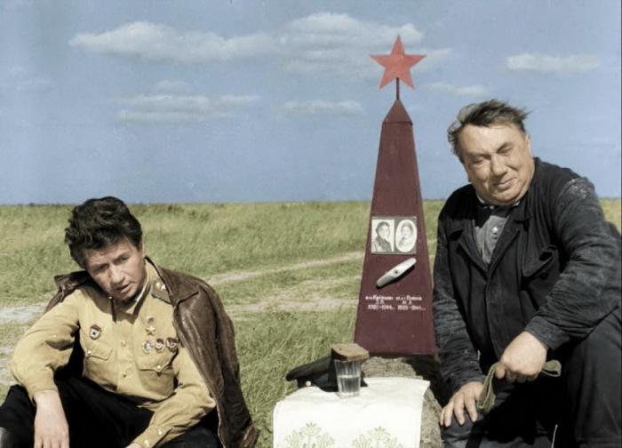 Леонид Быков и Алексей Смирнов, кадр из фильма «В бой идут одни старики». / Фото: www.mitino.mos.ru
