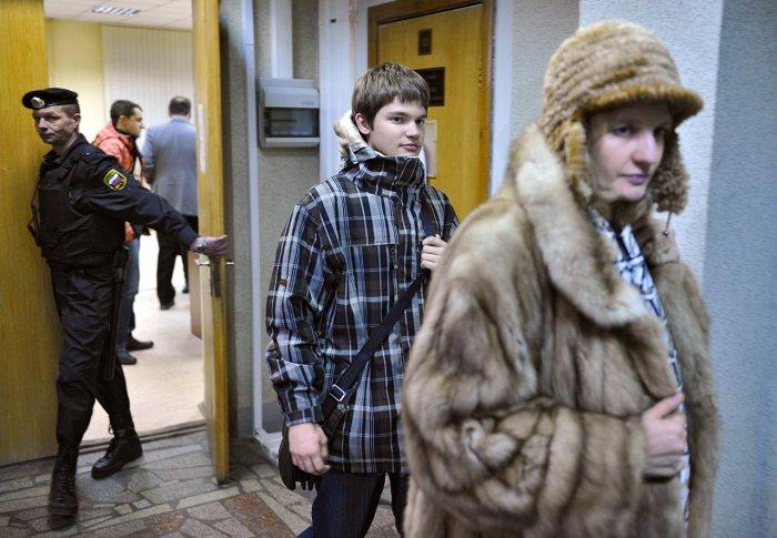 Иван Касперский и его мама Наталья Касперская перед заседанием суда над обвиняемыми в похищении, 25 декабря 2012 года. / Фото: www.gipoteza.net
