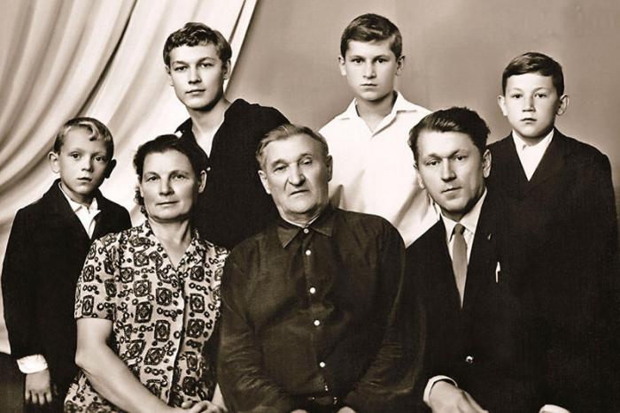 Вячеслав Воскресенский (стоит второй слева) в юности в кругу семьи. / Фото: www.7days.ru