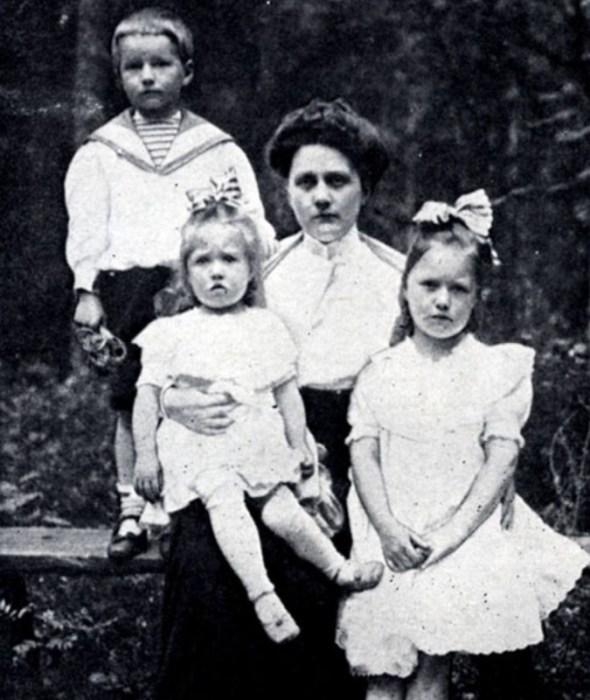 Софья Шостакович с детьми Дмитрием, Зоей и Марией. 1911 г. / Фото: www.900igr.net