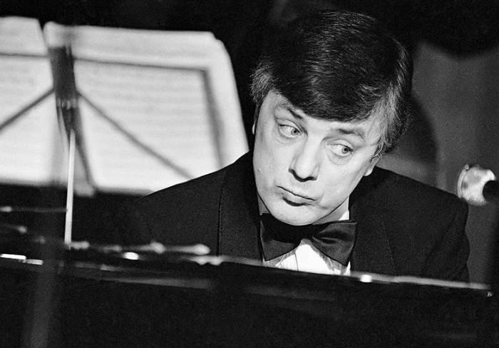 Раймонд Паулс за роялем. / Фото: www.kommersant.ru