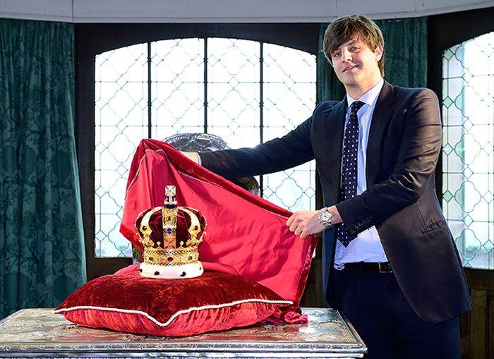 Эрнст Август демонстрирует корону Ганноверов. / Фото: www.hellomagazine.com