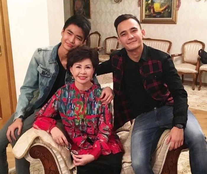 Роза Рымбаева с сыновьями. / Фото: www.onthe.io