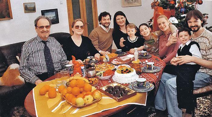 Юрий Яковлев с третьей женой Ириной, в окружении детей и внуков. / Фото: www.vesti.az
