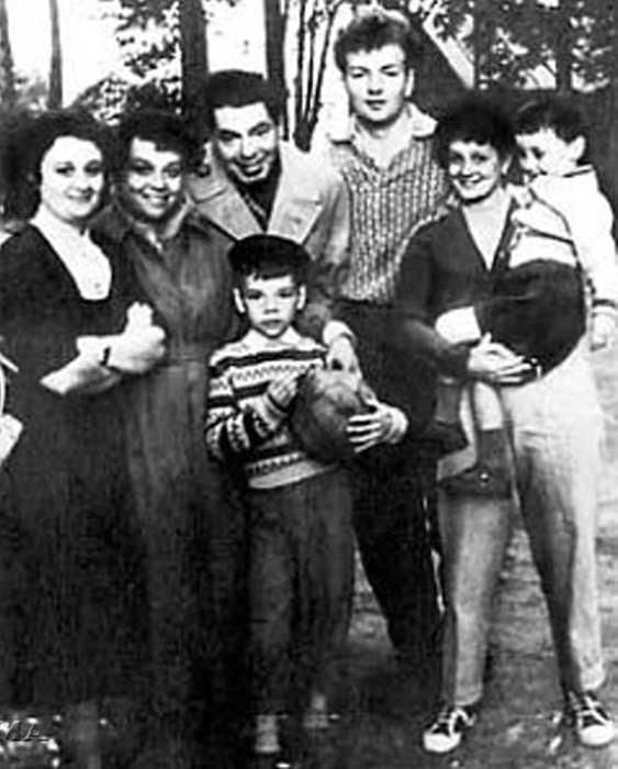 Михаил Державин с первой женой и семьей Аркадия Райкина. / Фото: www.hit-host.net