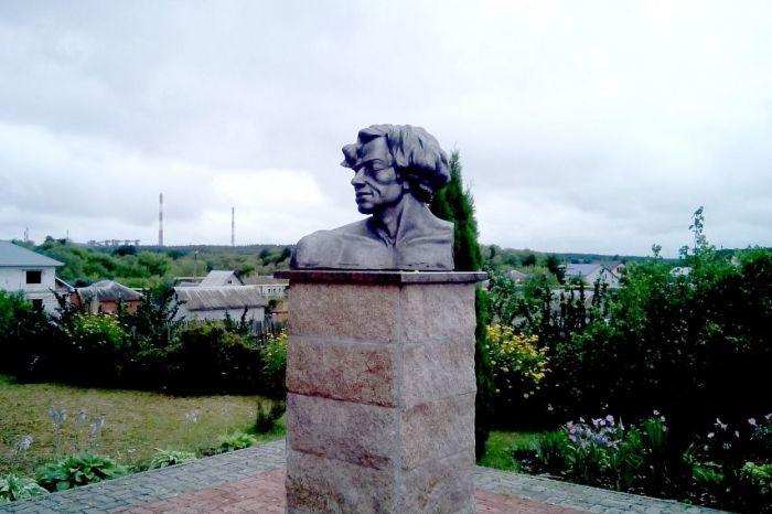 Памятник Василию Ерошенко во дворе дома-музея. / Фото: Ольги Ульяновой, www.oskol.city