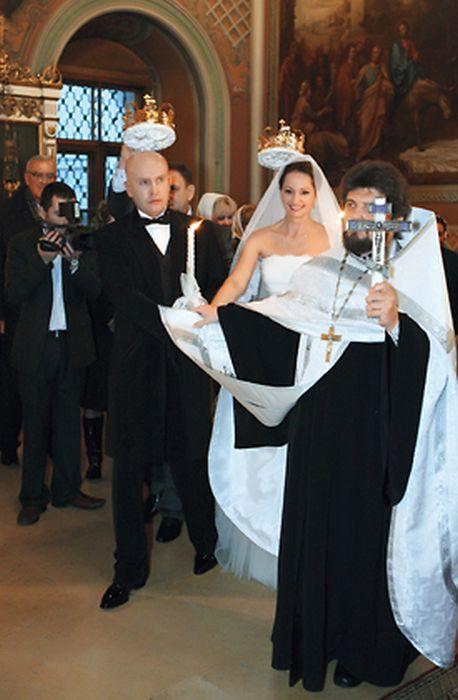Ольга Кабо и Николай Разгуляев во время венчания. / Фото: Марк Штейнбок, www.7days.ru