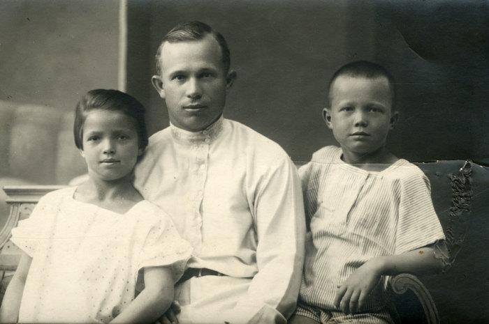 Н. С. Хрущёв с детьми от первого брака, Юлией и Леонидом. / Фото: www.liders.rusarchives.ru