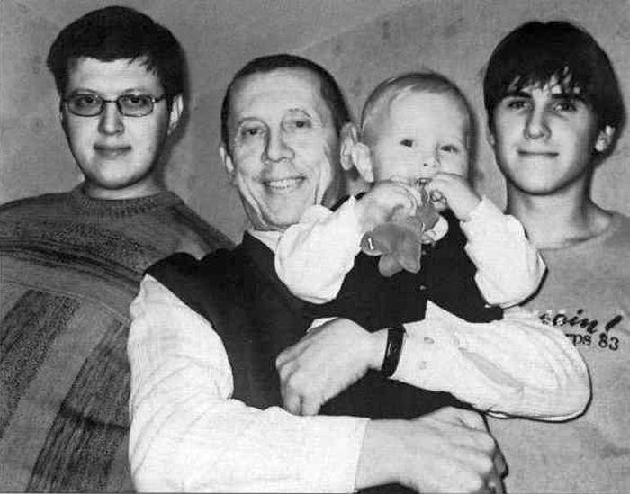 Сыновья Валерия Золотухина: слева — Денис, справа — Сергей, на руках — Иван, 2005. / Фото: из книги В. Золотухина