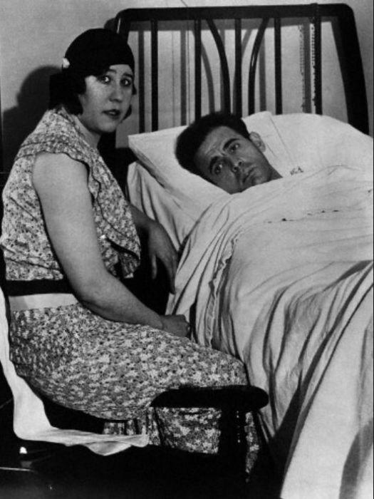 Алиса у постели мужа, выжившего после первого покушения. / Фото: www.pinimg.com
