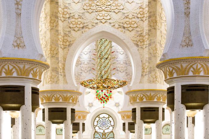 Внутренняя отделка и большая люстра в мечети. / Фото: www.ilovetravel.ru