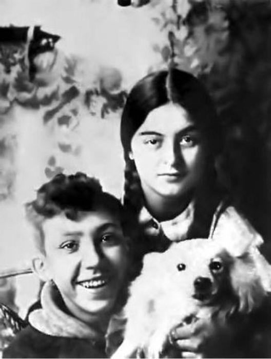 Юрий Никулин в детстве с тётей и любимицей Малькой. / Фото: www.zen.yandex.ru
